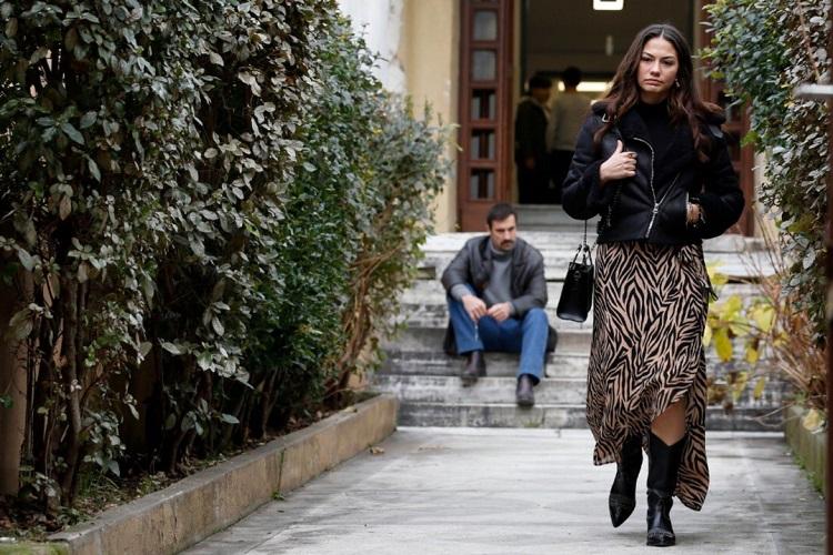 Mehdi Zeynepin arkasından bakıyor